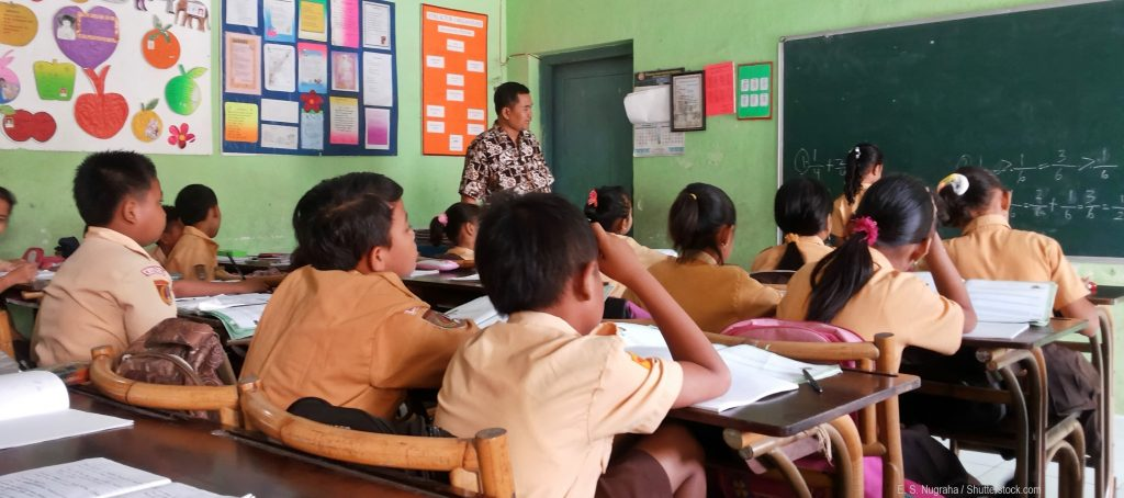 Guru Indonesia mengajar teacher teaching student in classroom