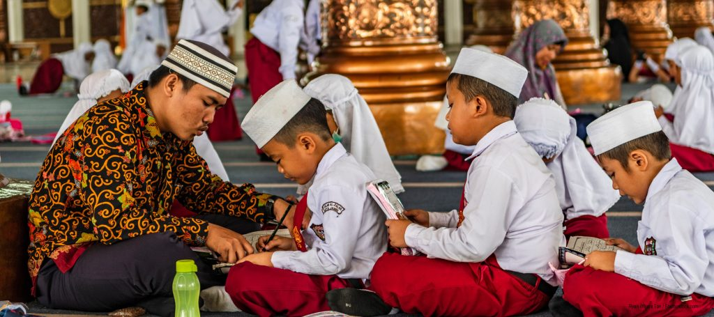 anak Indonesia belajar di mesjid dengan guru Indonesian teacher teaching students mosque